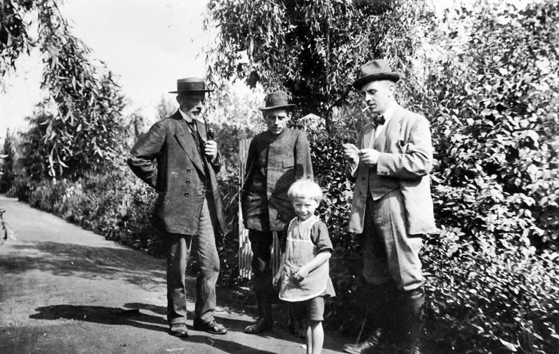 Stadtgärtner Karl Rogge (Mitte) mit seinem Vater (links), seinem Bruder Fritz (rechts) und seinem Sohn Karl, um 1917