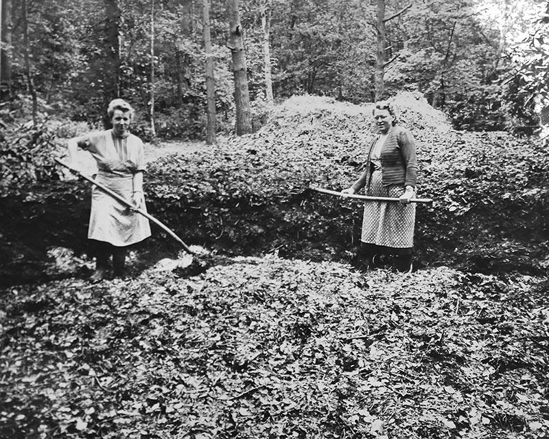 gaertnerinnen-komposthaufen-1957