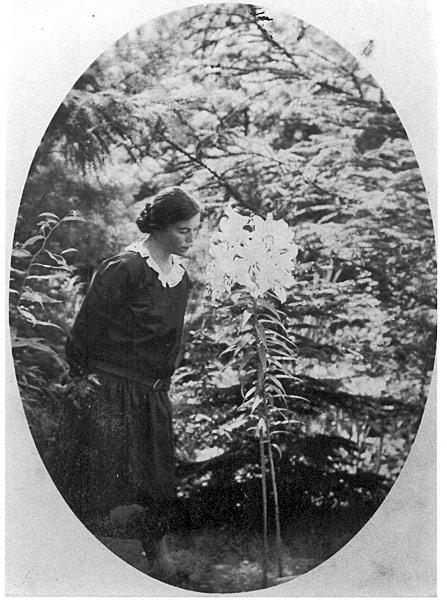 Anna Rogge mit Lilie