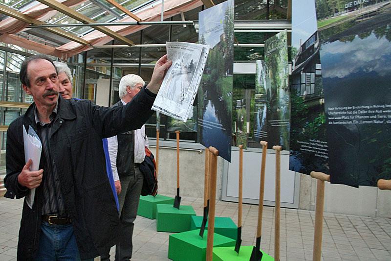 Bernd Winkler erläutert die Pläne zur Renaturierung der Dalkeauen bei einer Ausstellung in den Gewächshäusern