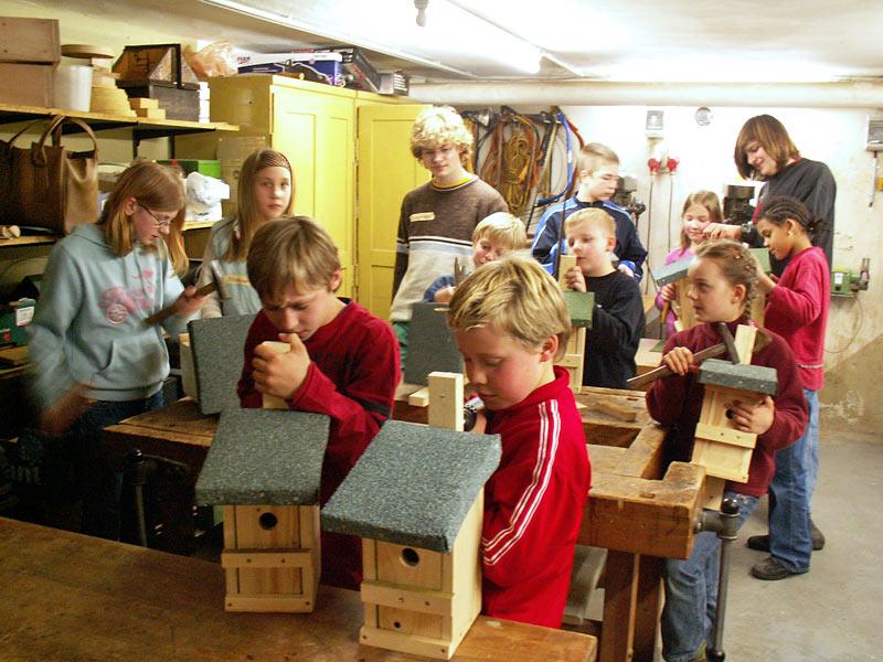 Kinder bauen im Rahmen der Naturschule Nistkästen für Vögel.