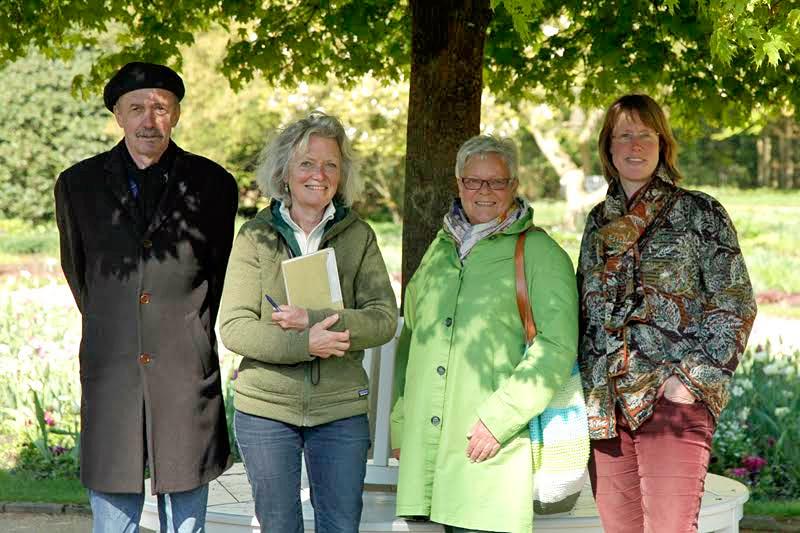 Der Leiter des Fachbereichs Grünflächen Bernd Winkler, Parkdesignerin Jacqueline van der Kloet und die beiden Förderkreis-Vorsitzenden Monika Geißler und Daniela Toman